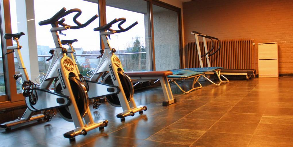 oefenzaal boven hometrainer spinningfietsen trapoline