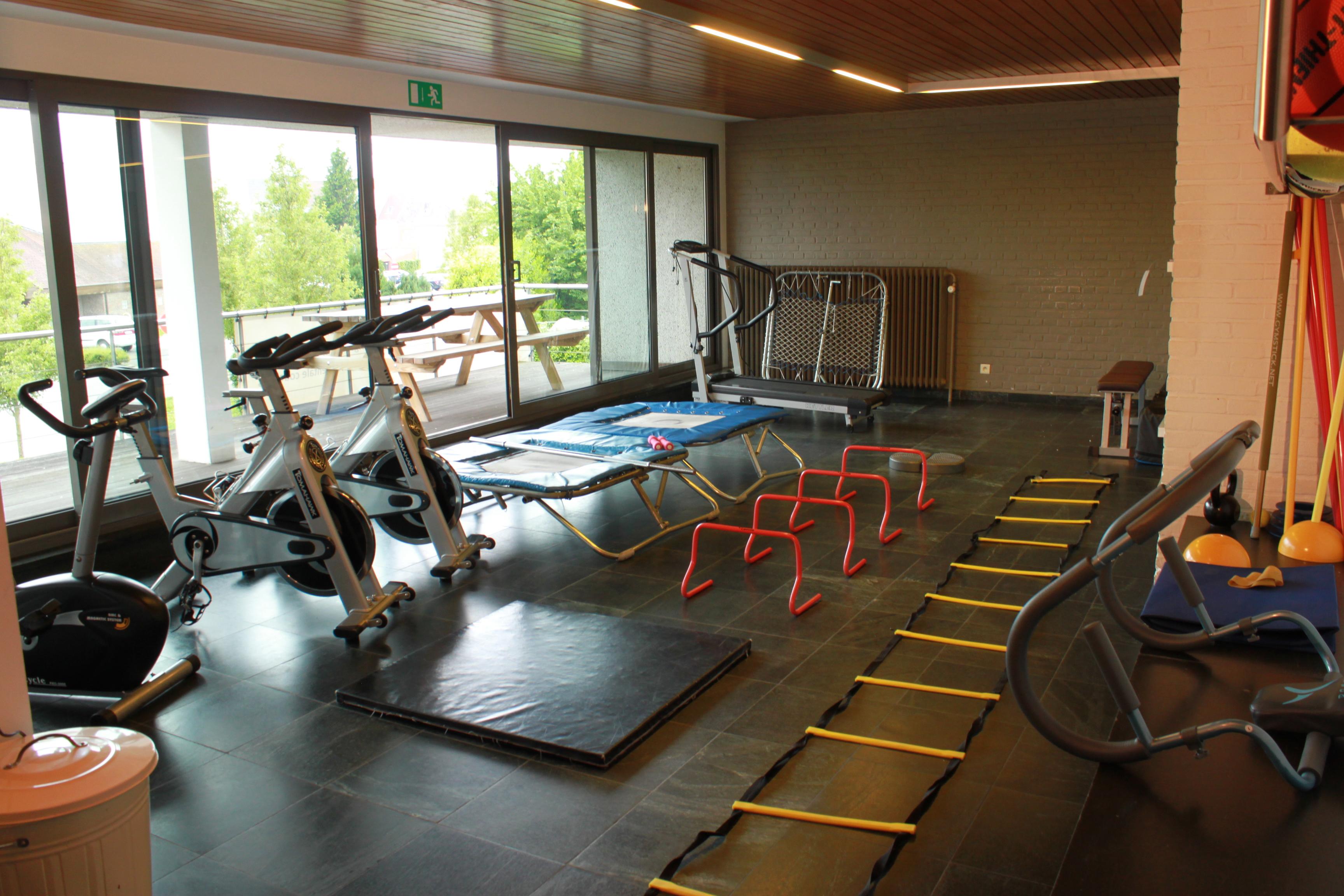 hometrainer koersfiets, loopband oefenzaal kine trampoline revalidatie
